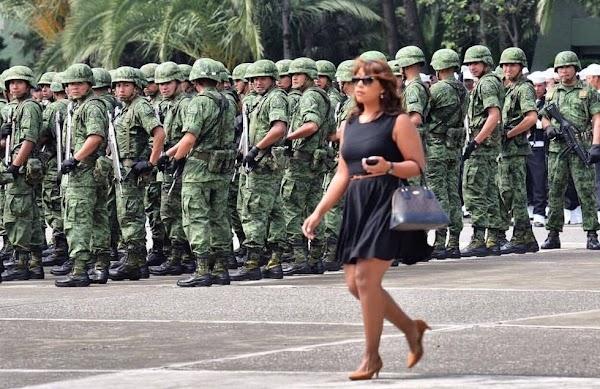 Soldados se comen con la mirada a una mujer (FOTO)