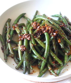 Garlicky green beans with spicy miso sauce by seasonwithspice.com