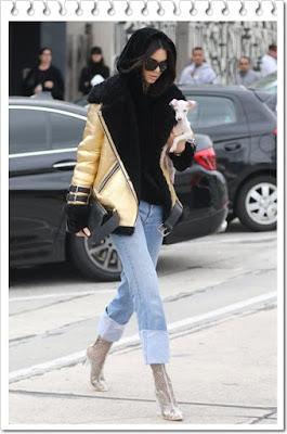 ジバンシィ (Givenchy)のサングラス、アクネストゥディオズ (Acne Studios)のレザージャケット、ハウスオブサニー (House of Sunny)のフーディー、リダン (Re/Done)のジーンズ、ディランカイン (Dylan Kain)のクラッチ、エゴ (Ego)のアンクルブーツを着用。