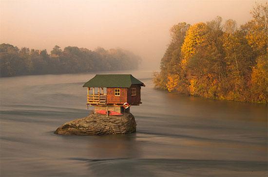 บ้านกลางน้ำ