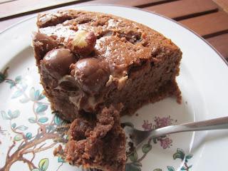 Part de gâteau aux Kinder Schoko-Bons avec noisettes et oeuf Kinder dessus