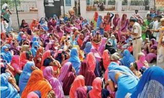 नीमकाथाना छावनी कोर्ट के सामने महिलाओं ने एक घंटे रास्ता जाम कर प्रदर्शन किया