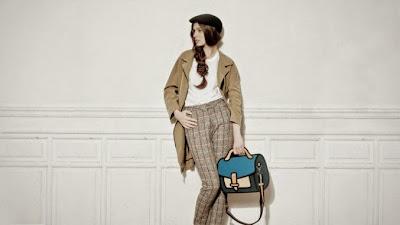 Modelo ejecutiva mujer con bolso de mano coorido