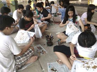 pelajar menggambar canting