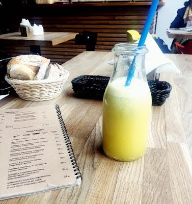 Stół w restauracji z lemoniadą i świeżym pieczywem