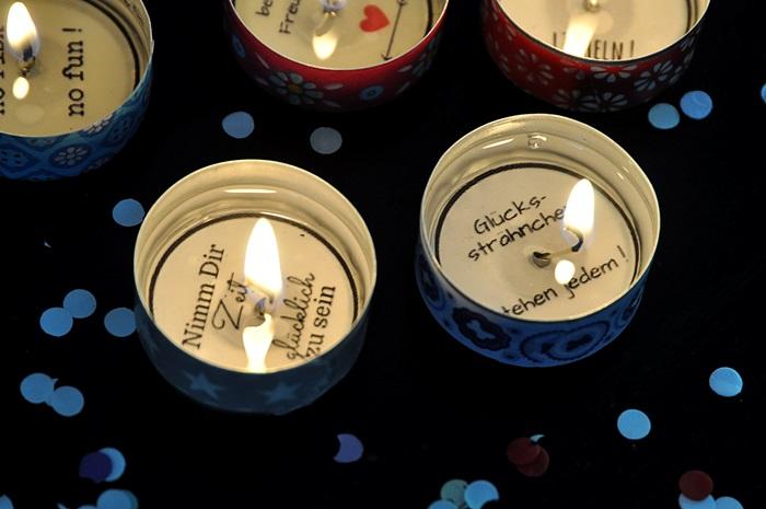 brennende-Teelichter-mit-Gluecksbotschaften