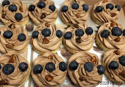 bouchées chocolat, myrtilles, noix de pécan et amandes caramélisées, gâteaux individuels au chocolat et myrtilles, gâteaux individuels au chocolat et noix de pécan caramélisées, gâteaux individuels au chocolat et amandes caramélisées, ganache montée au chocolat au lait, bouchées chocolat et myrtilles, bouchées chocolat et noix de pécan caramélisées, dessert, douceurs, patissi-patatta
