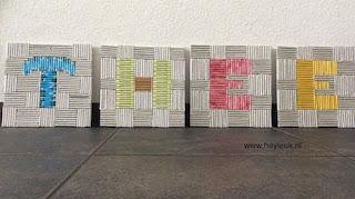 schilderij gerolde pijlen, theezakjes en gerecycled papier