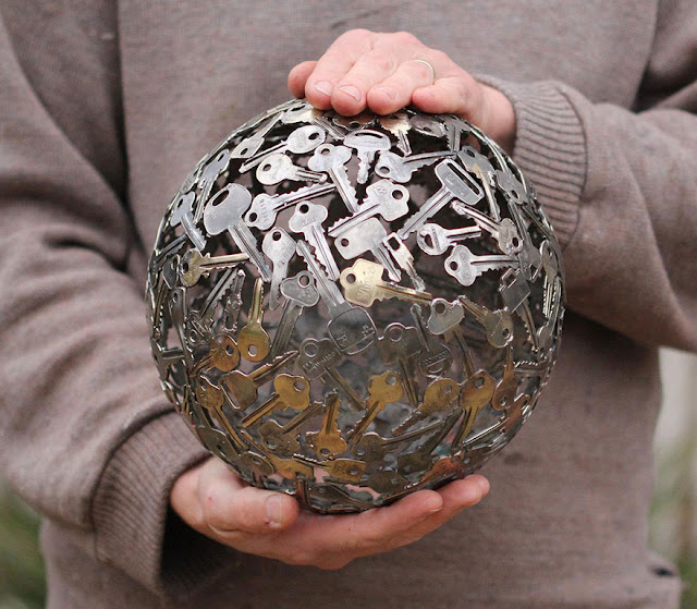 Kunci dan duit syiling lama dikitar semula