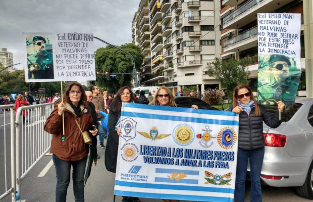 Argentina: Defensores de los genocidas en el desfile militar /Explicaciones del ministro de Defensa
