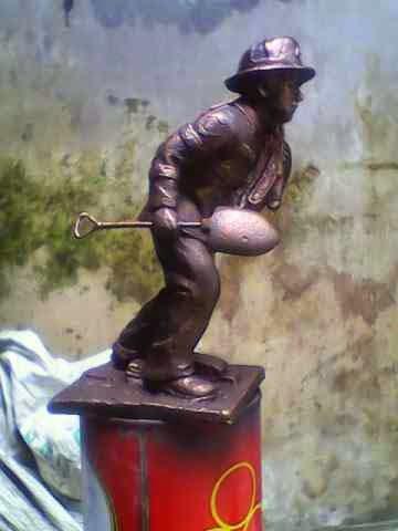 patung orang membawa sekop