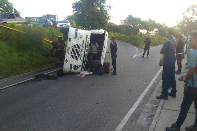 Se volcó otro autobús y dejó 13 personas heridas