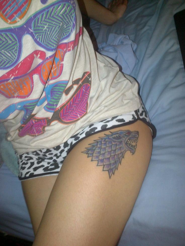 chica en pijama corto, lleva un tatuaje de la casa stark en el muslo