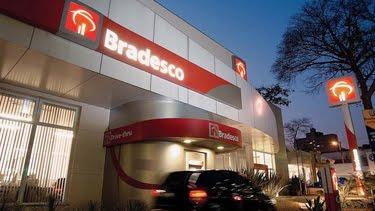 394e7bec64843 Pioneirismo é a palavra chave na trajetória do BRADESCO. Os gerentes, que  antes se escondiam em suas salas, foram enviados para frente das agências.