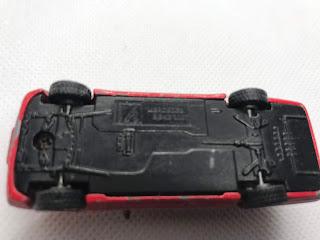 メルセデスベンツ 300T のおんぼろミニカーを底面から撮影