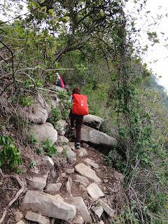 Jalan setapak pijakan batu bawahnya jurang