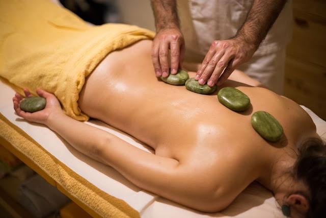 Masaj cu pietre de Jad calde. Detoxifiere naturală. Florin Chindea, maseur autorizat Timişoara. Aşezarea pietrelor pe spate