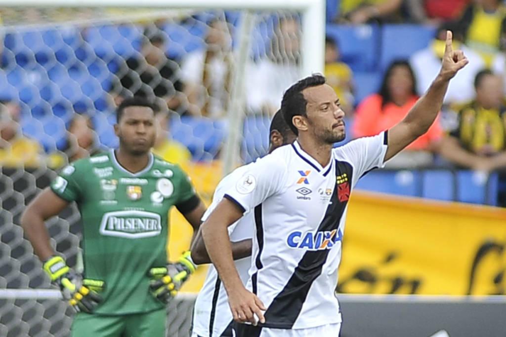 Nenê fez o gol que iniciou a virada do Vasco (Foto: Gaston de Cardenas/AFP)