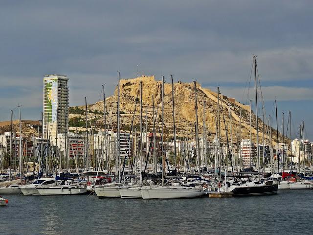 widok na marina jachty Alicante port Hiszpania