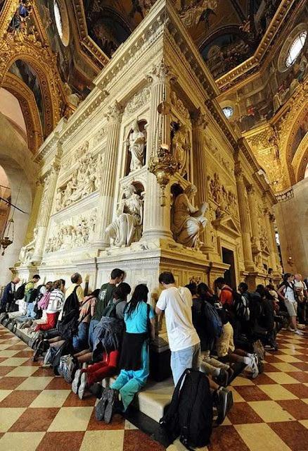 Romeiros no lado externo da Santa Casa de Loreto
