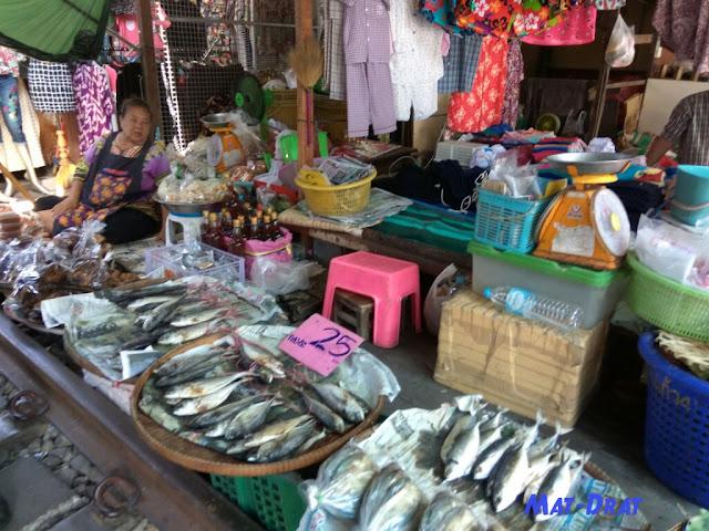 Travelog Percutian Bangkok - Maeklong Railway Station Market