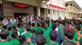 Mahasiswa di Langsa Unjukrasa Tuntut Jokowi dan JK Turun Tahta