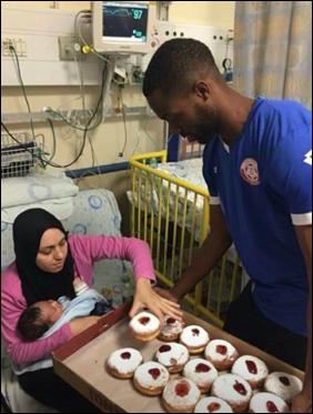 Judeu presenteia mãe árabe em Chanucá
