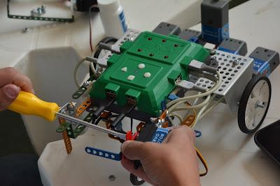 Em um dos cursos oferecidos, professores aprenderão conceitos de montagem e programação de robôs por meio de atividades práticas