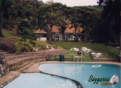 Piso de pedra na piscina, com pedra moledo, tipo chapa de pedra moledo, com espessura de 7 cm a 12 cm em área de lazer de condomínio em Atibaia-SP.