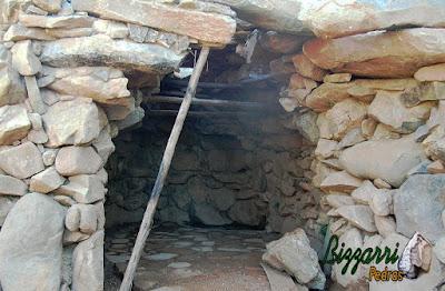 Detalhe da entrada da gruta de pedra de Nossa Senhora de Fatima, com esse tipo de pedra moledo. Nessa parte, fazendo o fechamento com pedras compridas.