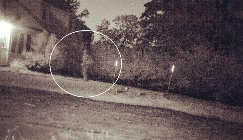 Μια φωτογραφία τη στιγμή που ένα φάντασμα ενός στρατιώτη επιστρέφει στο παλιό σπίτι του