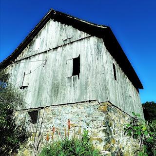 Casa Centenária de Nova Bréscia: primeiro piso de pedra e segundo de madeira (RS)