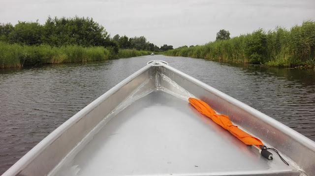 Boeg van varend bootje in Giethoorn.