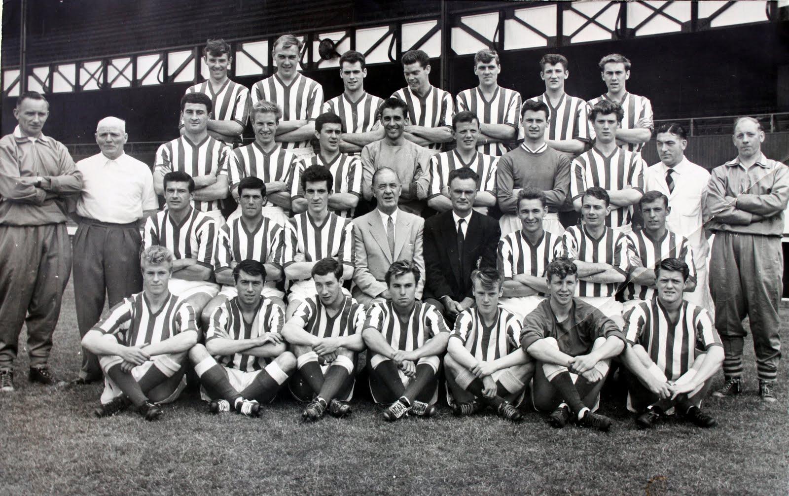 Brian Clough en una foto junto con toda la plantilla del Sunderland AFC