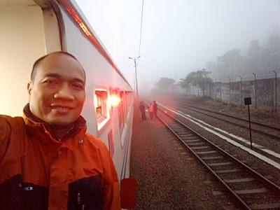 Suasana Stasiun Cipeundeuy yang berkabut di pagi hari.