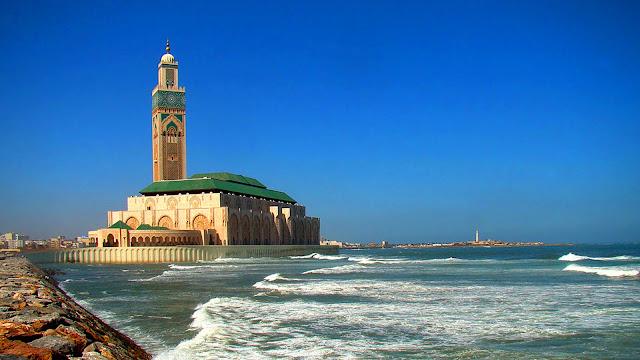 На фото - Мечеть Хасана II на берегу Атлантического океана, Марокко, город Касабланка