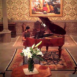 Diegosax tocando el piano en el Hotel Museo Palacio de San Agustín en San Luis Potosí