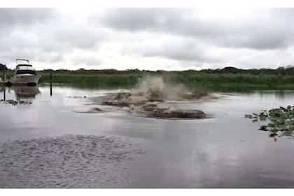 Pria Lempar Seember Air, Sungai Ini Langsung 'Mendidih'