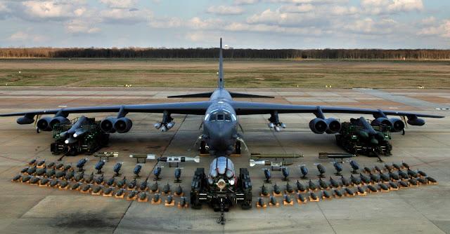 Boeing B-52 Stratofortress'in tam yeteneklerini ve kapasitesini göstermek için cephaneler sergileniyor.