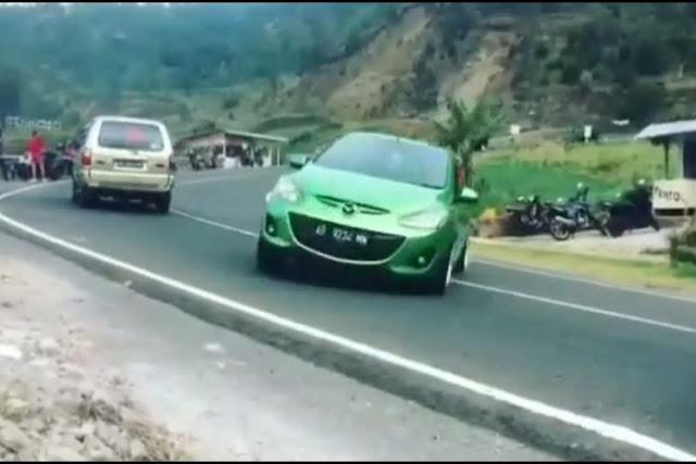 5 Fakta Video Mengerikan Aksi Nekat Pengendara Mobil Mazda Gagal