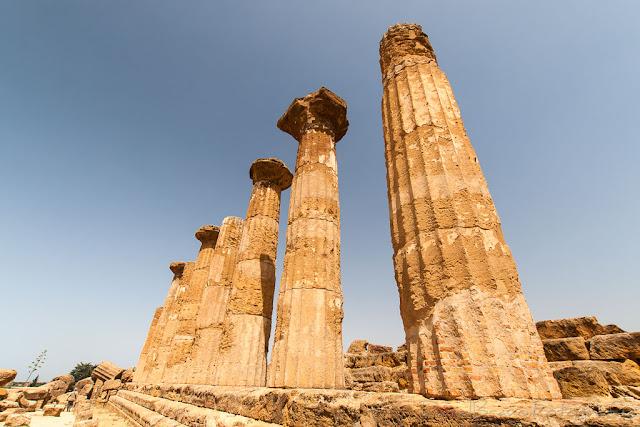 Espectacular vista de las columnas de un antiguo templo griego en el Valle de los Templos de Agrigento en Sicilia