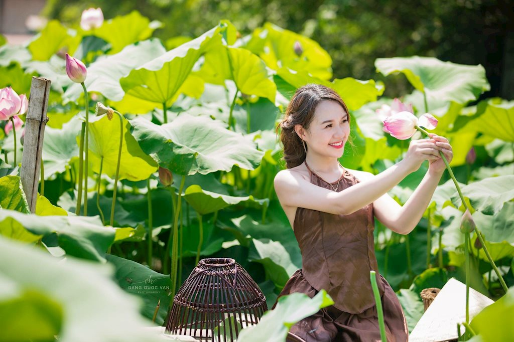 Hải Yến rạng rỡ bên hoa sen đầu mùa