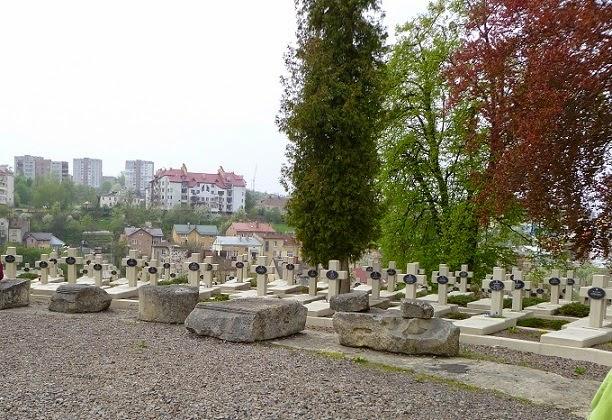 Pozostałości kolumnady na Cmentarzu Orląt
