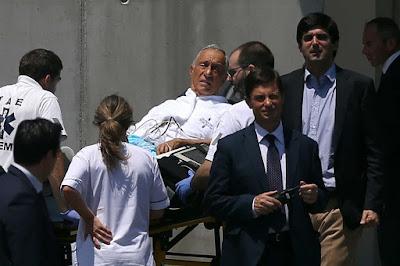 Fotografia Marcelo Rebelo de Sousa assistido por médico