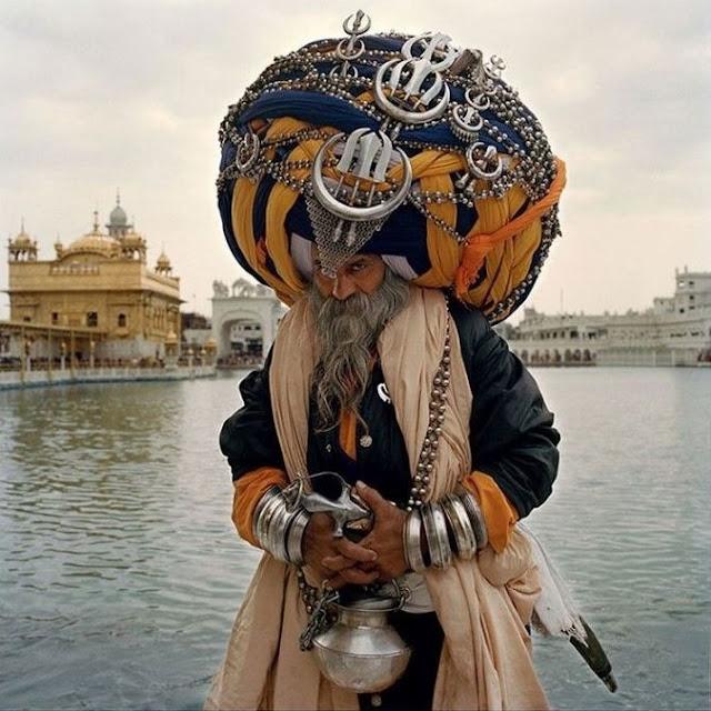 """صور انسانية مذهلة- العمامة الأغرب والأكبر في العالم والتي يرتديها أحد أعضاء جماعة """"نيهانج"""" وهى جماعة مسلحة تابعة لطائفة """"السيخ"""" الهندية."""