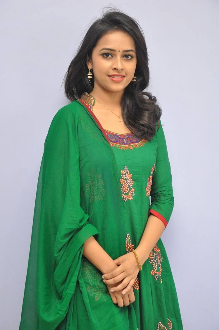 [Image: sri_divya_rayudu_movie_press_meet_stills...3%2529.jpg]