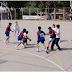 Niños de las escuelas primarias compiten en un campeonato de Handball