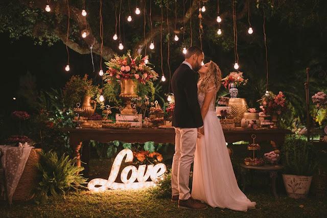 Casamento rústico, casamento real, DIY, marsala, noiva, buquê, marsala, decoração, varal de lâmpadas, casamento a céu aberto, beijo dos noivos, pode beijar a noiva, mesa do bolo, letreiro love,