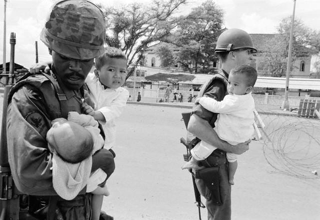https://i1.wp.com/2.bp.blogspot.com/-VM-mLat-b0Y/UDHZEg76QTI/AAAAAAAAAuQ/F37Y4sa1Yc4/s1600/American-Soldiers-Carrying-Children-During-Second-Offensive-on-Saigon.jpg