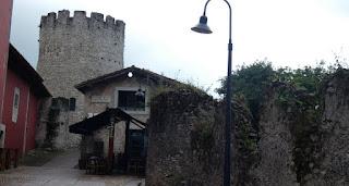 Las murallas y el Torreón de Llanes.